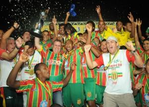 Presidente Sergio Frota comemorou a conquista ao lado dos jogadores