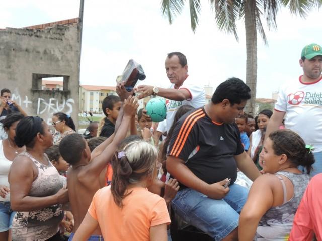 Batista Oliveira distribuiu brinquedos e cestas básicas durante o evento