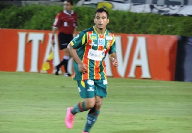 Nádson foi autor dos três gols da partida