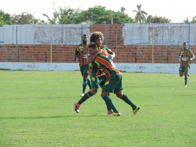 Levi comemora seu gol com Valderrama