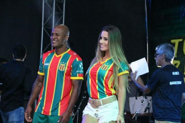 Marcos Assunção e Arícia Silva apresentaram a nova camisa tricolor (Foto: Elias Auê)