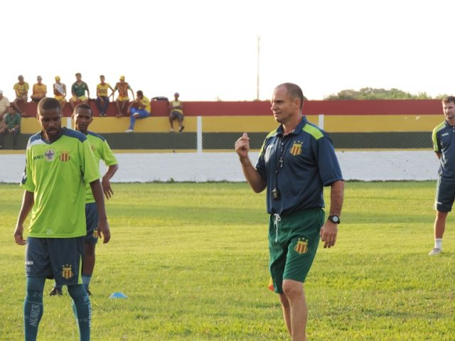 Wagner Lopes comanda primeiro treino