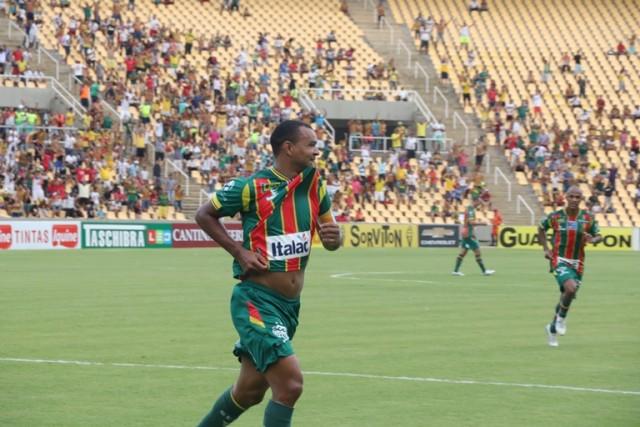 Capitão Diones comemora o gol que deu a vitória ao Sampaio
